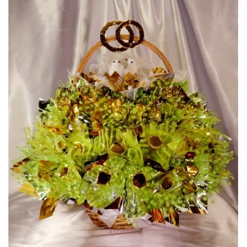 Du balandžiai - saldainių puokštė krepšelyje Skanios gėlės